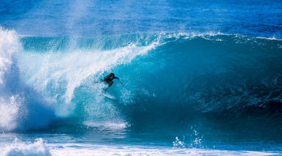 Gabriel Villaran Breaks Leg At Pipeline